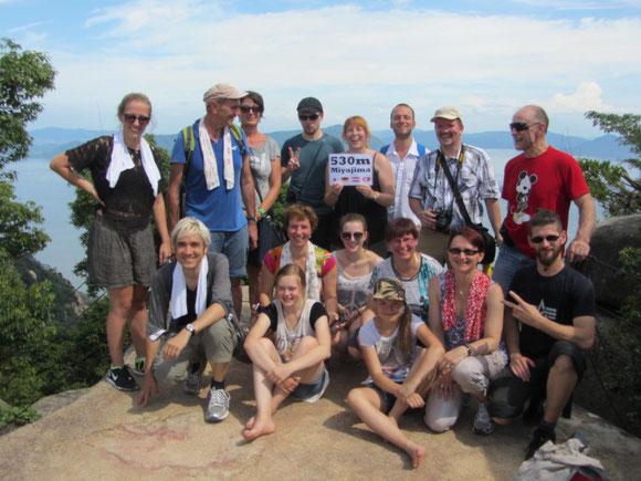 Kleine Reisegruppe auf dem Gipfel des Misen