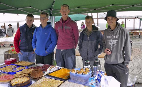 Alexander, Jonas, Niklas, Johannes und Leon wollen die Kasse für die Schulabschlussfahrt auffüllen.