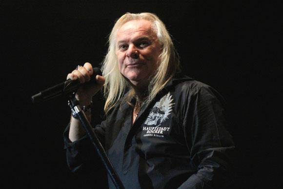 Der Kanadier Bernie Shaw, bereits seit 32 Jahren Frontmann bei Uriah Heep, war auch diesmal wieder ganz nah dran am Publikum.