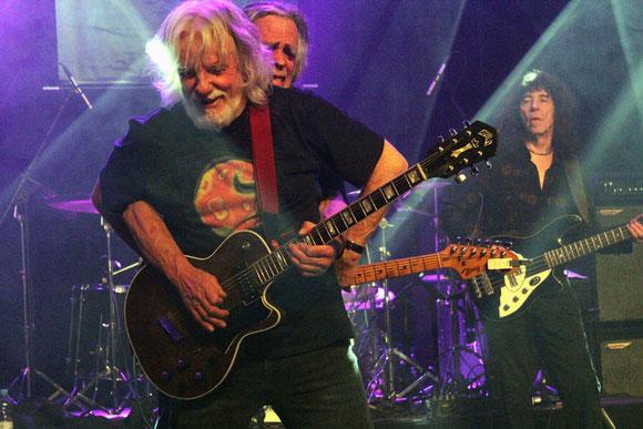 Epitaphs Gitarrist Cliff Jackson (im Bild vorne) hat auch mit 77 Jahren noch reichlich Spaß auf der Bühne.