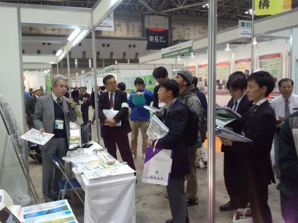 アグリビジネス創出フェアで説明する松江関東営業所長