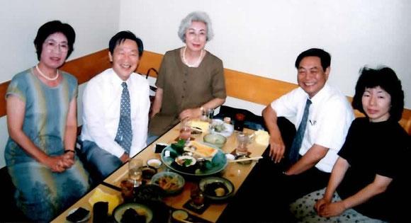 西尾氏(左から2番目)、東北農試場長赴任の中島氏を励ます
