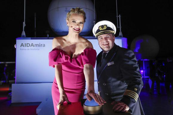 Franziska Knuppe taufte AIDAmira im Beisein von Kapitän Manuel Pannzek   © Franziska Krug/Getty Images for AIDA Cruises