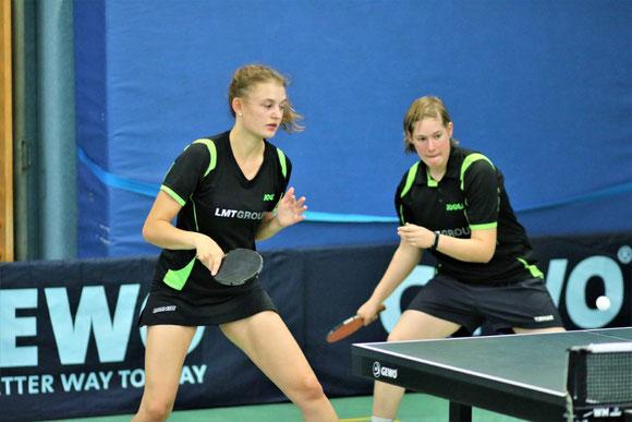 Schwarzenbeks Monique Weber (r.) erspielte sich die Vize-Bezirksmeisterschaft im Mädchen-Einzel und gewann an der Seite ihrer Mannschaftskameradin Merle König die Bronzemedaille im Doppel.