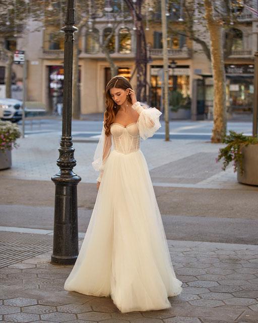 Modernes Brautkleid im A-Linien Stil mit Blumen-Applikationen.