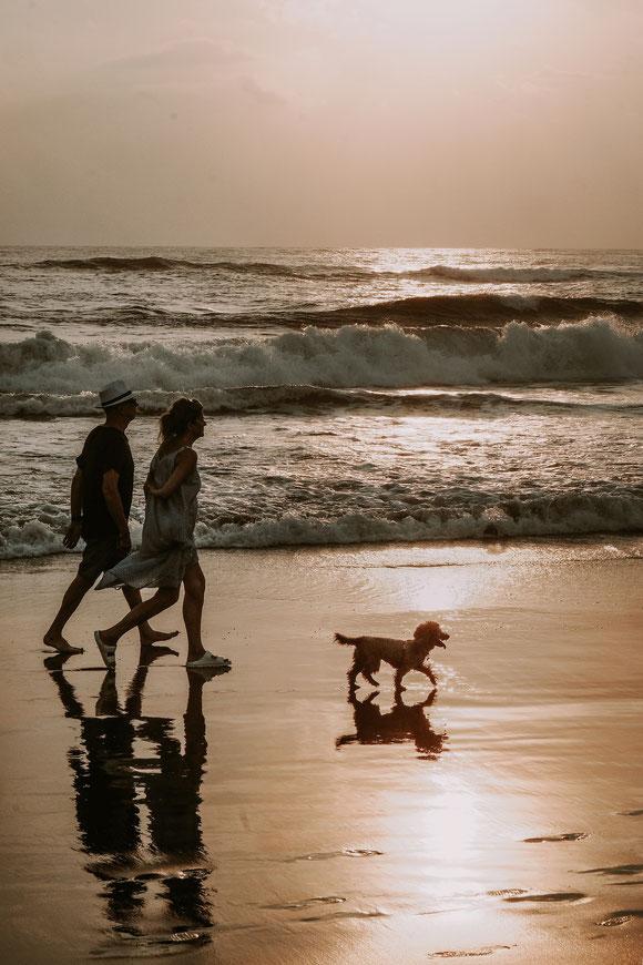 Familie am Strand, Bali