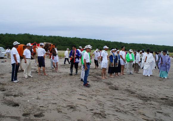 本番の馬場を清める真砂もこのとき砂浜でいただきます
