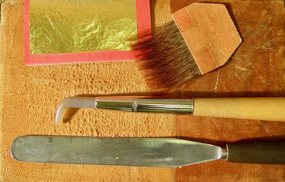 Vergolderkissen mit Blattgold, Anschießer, Achatpolierstein und Schneidemesser
