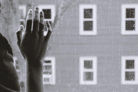 main-sur-vitre-avec-de-la-pluie-ambiance-depression