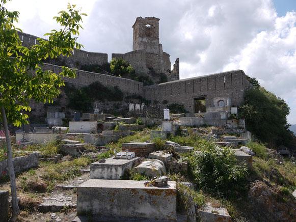 Friedhof im Schutz der alten Burgmauern: Forza d'Agro