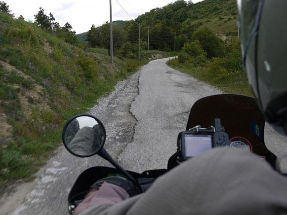 die letzten km dieses Tages: die volle Breite der Landstraße nach Castelmezzano (es gibt aber auch breitere ;-)  )