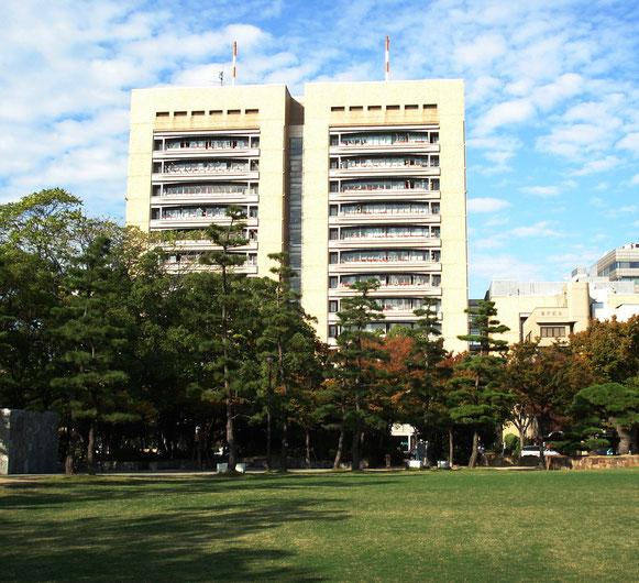 中央公園から見た高松市役所
