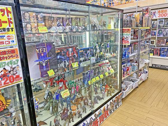 仮面ライダーなどの特撮、マクロスなどロボット、鬼滅の刃、SAOなどアニメやヒーロー関連のフィギュア