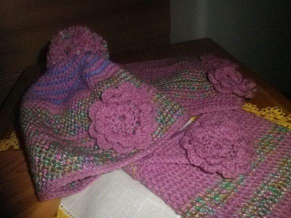 Eine ganze Garnitur mit Schal und Tasche
