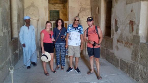 vlnr: ein Tempelguide, Margaux, Babette, Jean Jaques und Etienne
