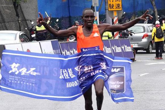 Mathew Kipsaat gana en la ciudad de Nueva Taipei (Wan-Ting Mao (organizadores)) © Copyright