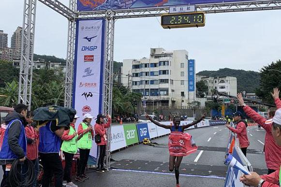 Naomi Jepkogei Maiyo se lleva el título de maratón de la Ciudad de Taipei Nueva (Wan-Ting Mao (organizadores)) © Copyright