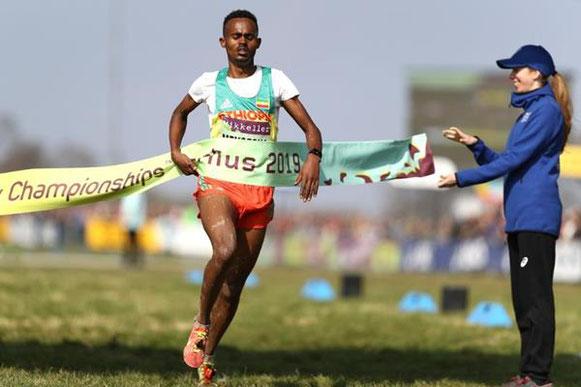 Milkesa Mengesha gana la carrera masculina Sub-20 en el Campeonato del Mundo de Cross Country de la IAAF / Mikkeller Aarhus 2019 (Getty Images) © Copyrigh