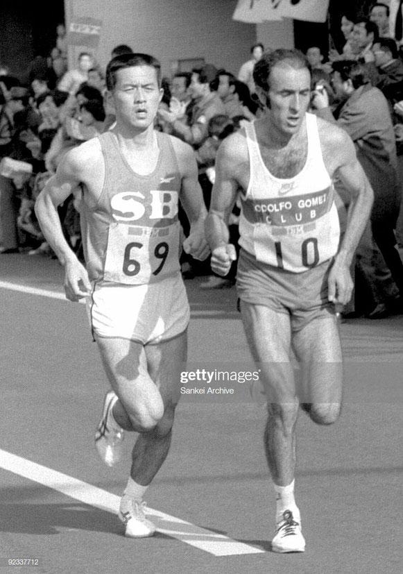 Toshihiko Seko de Japón y Rodolfo Gómez de México compiten en la Maratón Internacional de Tokyo el 13 de febrero de 1983  (Foto por Sankei Archive / Getty Images)