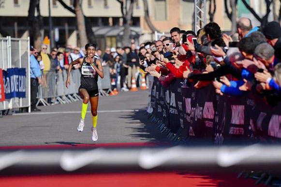 Sifan Hassan en camino a su récord mundial de 5 km en Mónaco (Manuel Vitali / organizadores) © Copyright
