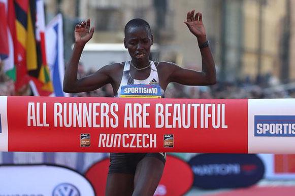 103/5000 Caroline Chepkoech Kipkirui ganando la Media Maratón de Praga (Giancarlo Colombo / organizadores) © Copyright
