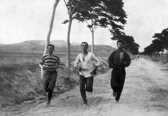 """fotografía de Burton Holmes titulada """"1896: Tres atletas en entrenamiento para la maratón en los Juegos Olímpicos de Atenas""""."""