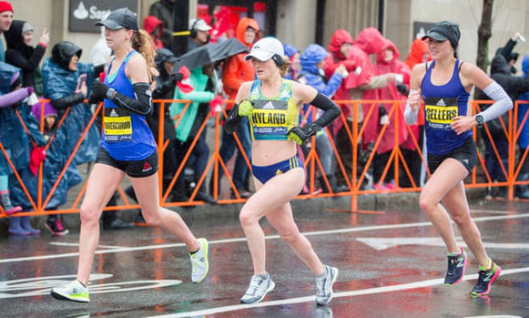 Sarah Sellers, a la derecha, se a las 24 millas del Maratón de Boston 2018. Fotografía: Scott Eisen / Getty Images