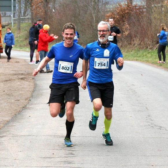 Andreas Altmann (754) und Fabian Häde im Zieleinlauf. Alte Hasen überholt man nicht ;-)