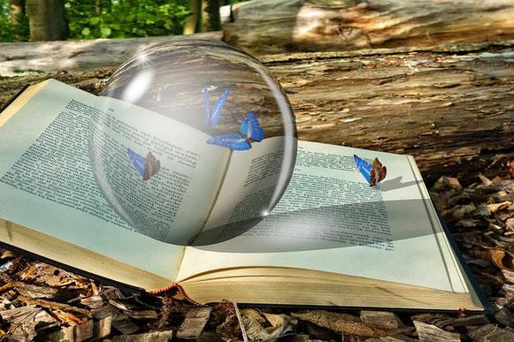 Une boule de cristal sur un livre qui pourrait être la Bible