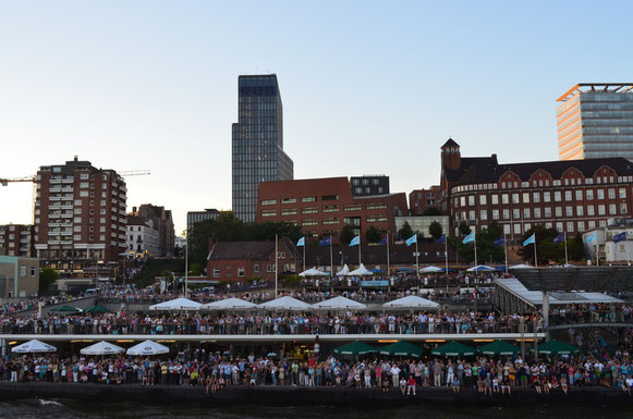 Zuschauermassen bei der Auslaufparade bei den Hamburg Cruise Days am 18.08.2012