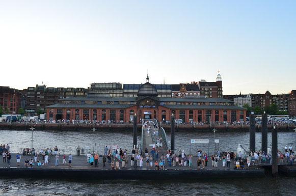Zuschauer am Fischmarkt zur Auslaufparade bei den Hamburg Cruise Days am 18.08.2012