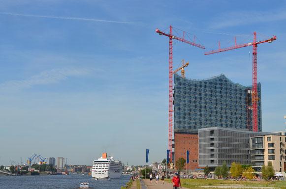 MS COLUMBUS 2 auf dem Weg zur Überseebrücke am 18.08.2012