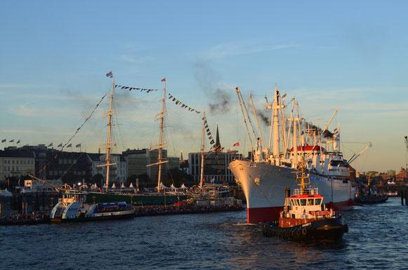 Auslaufparade (Bugsieren der CAP SAN DIEGO) bei den Hamburg Cruise Days am 18.08.2012