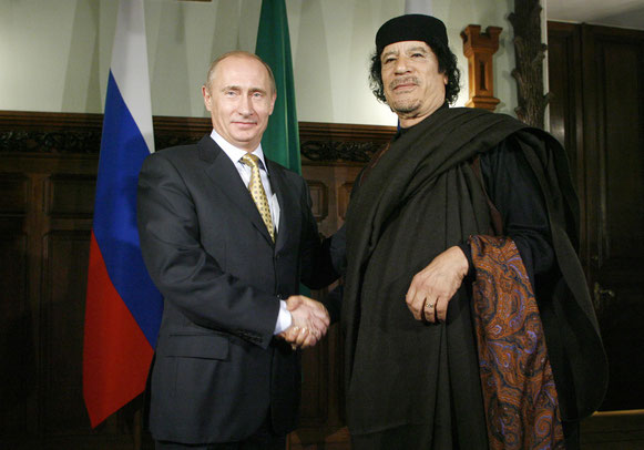 Muammar Gheddafi e Vladimir Putin nel 2008. Fotografia: Alexey Druzhinin/AFP