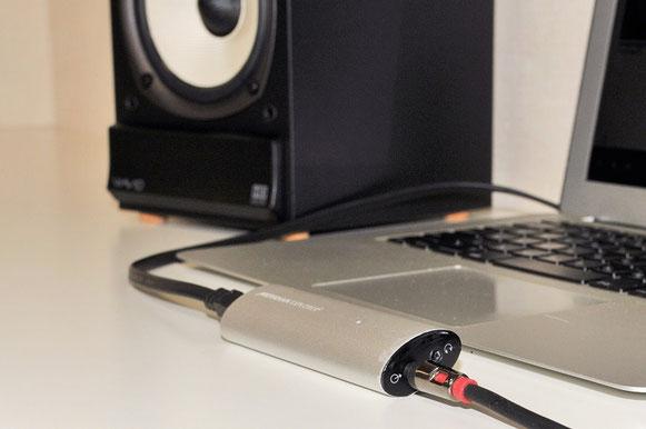 Explorer2はシンプルなデザインのため、ノートパソコンともマッチする。任意の端子にジャックを差し込めば自動でヘッドフォン出力、オーディオ出力が切り替わる。