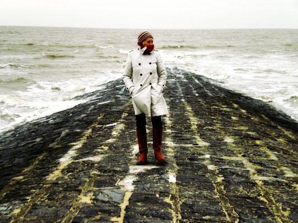 Foto van kunstenares Mieke Drossaert op strandhoofd in Oostende