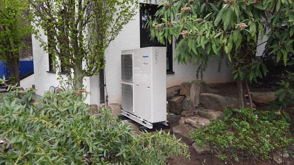 Montiertes Außengerät einer Panasonic Luft-Wärmepumpe © iKratos