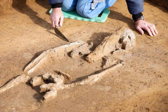 La femme transpercée à la poitrine. Crédit : dpa