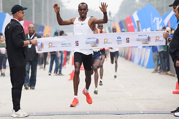 Birhanu Legese ganando el Kolkata 25km, Fotografía de Procam International, Fuente: iaaf.org
