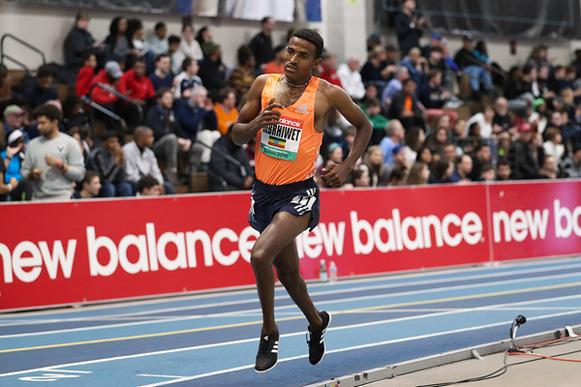Hagos Gebrhiwet en camino a ganar los 3000 m en la reunión del World Indoor Tour de la IAAF en Boston (Victah Sailer) © Copyright