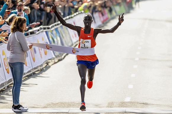 Marius Kipserem gana el maratón de Rotterdam (AFP / Getty Images) © Copyright