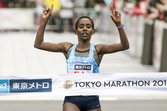 Ruti Aga cruzando la línea de meta en el maratón de Tokio (AFP / Getty Images) © Copyright