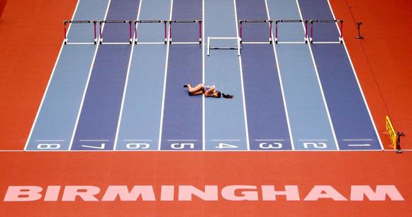 Elisavet Pesiridou cae en los obstáculos de 60m en el campeonato del Mundo en pista cubierta de la IAAF Birmingham 2018 Fotografía de John Sibley / Reuters