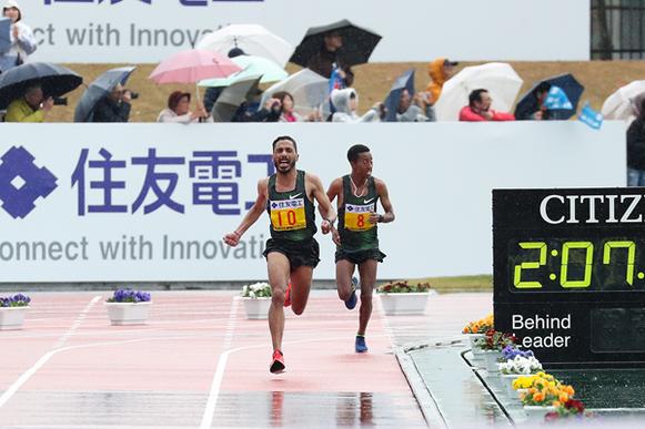 93/5000 Salah Eddine Bounasr en su camino hacia ganar el maratón de Lake Biwa (Victah Sailer) © Copyright
