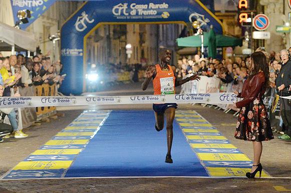 Jacob Kiplimo ganando el Giro al Sas in Trento, Fotografía de Daniele Mosna / organizadores, fuente: iaaf.org