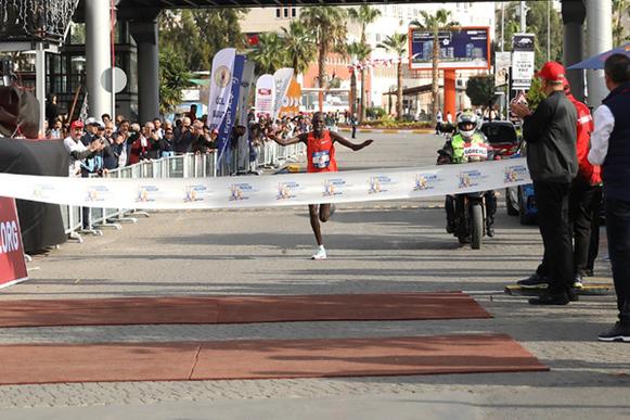 Kenneth Kiplagat Limo ganando el maratón de Mersin Marathon, fotografía de los organizadores, fuente: iaaf.org