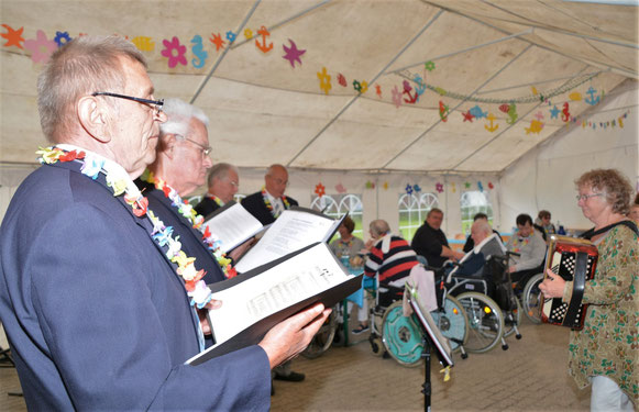 Unter der Leitung von Edda Sommer erfreuten der Männergesangverein die Gäste mit Seemannslieder.