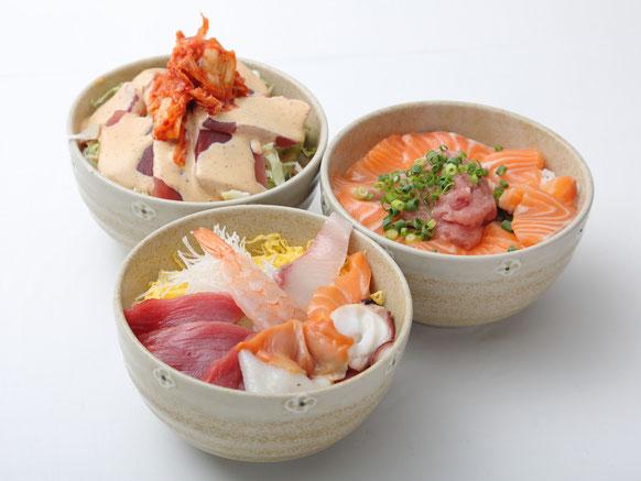 丼三種類:海鮮丼(手前)、サケトリオ丼(右)、チェジュウ丼(左奥)