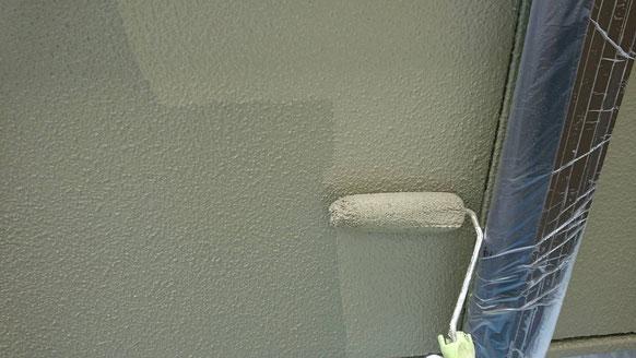 養老町、大垣市、平田町、南濃町、海津町、上石津町、輪之内町で外壁塗装工事中の外壁塗装工事専門店。養老町大場で外壁塗装工事/上塗り塗装作業中