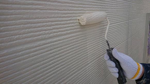 養老町、大垣市、平田町、南濃町、海津町、上石津町、輪之内町で外壁塗装工事中の外壁塗装工事専門店。多度町小山で外壁塗装工事/上塗り塗装作業中